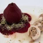 Plat : Ballotine de poulet à l'andouillette de Jargeau et Foie gras accompagnée de sa poire pochée sur son lit de betterave